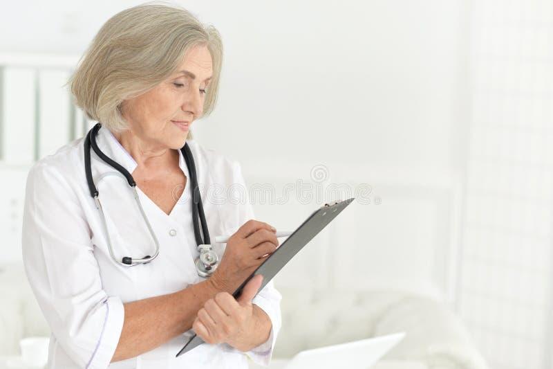 Portret van hogere vrouwelijke arts bij het ziekenhuis royalty-vrije stock foto's