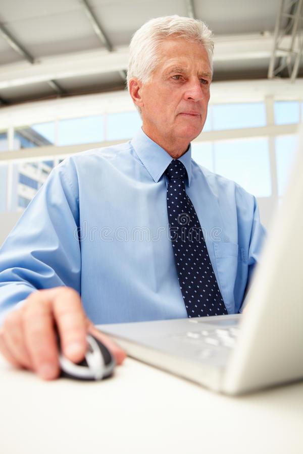 Portret van hogere zakenman die laptop met behulp van royalty-vrije stock foto's
