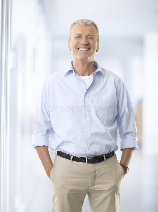 Portret van hogere zakenman tegen witte achtergrond royalty-vrije stock foto's