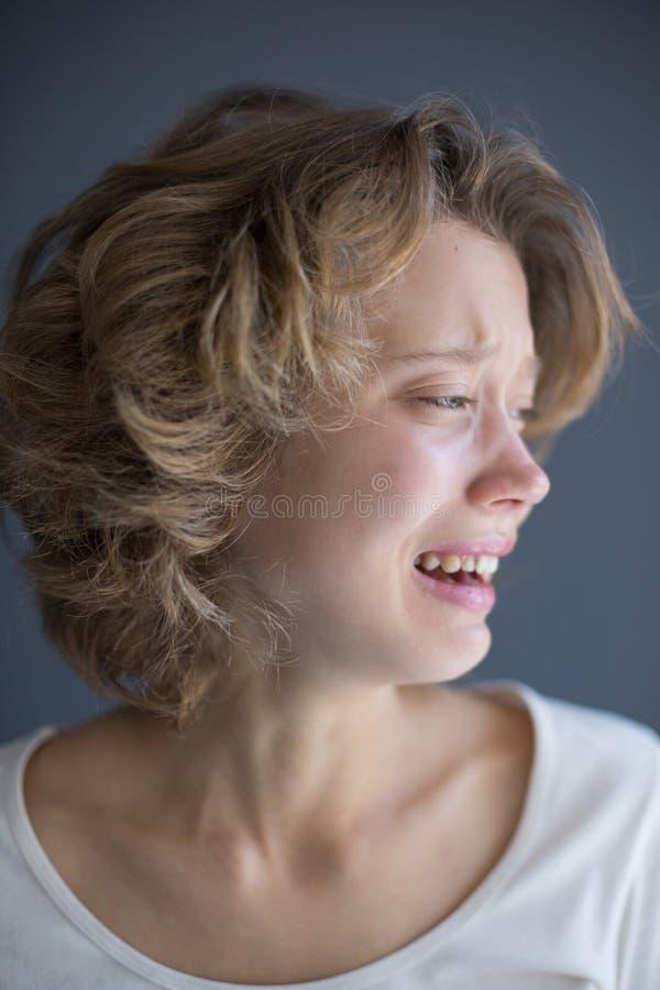 Portret van hysterically schreeuwende dame die frightenedly opzij kijken stock foto