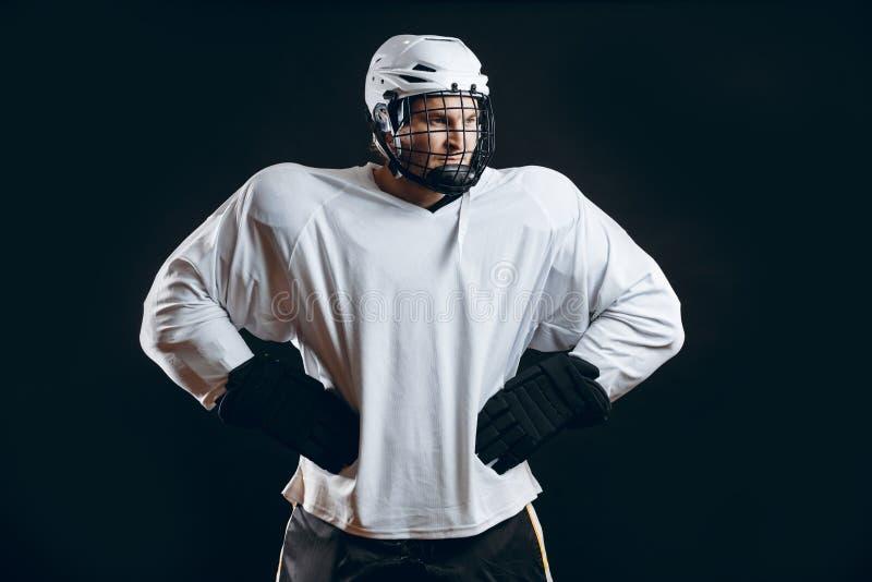 Portret van ijshockeyspeler met hockeystok stock fotografie