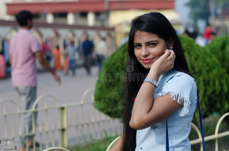 Portret van Indisch meisje die een blauw westelijk kleding en een horloge ter beschikking dragen stock foto