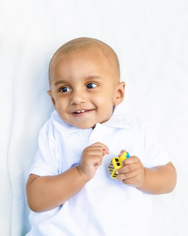 Portret van Indische babyjongen met stuk speelgoed stock foto's