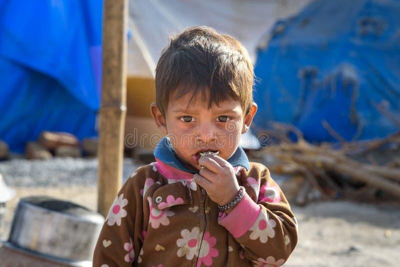 Portret van Indische jongen op de straat De armen komen met familie aan de stad uit het dorp voor het werk En zij die in leven stock fotografie