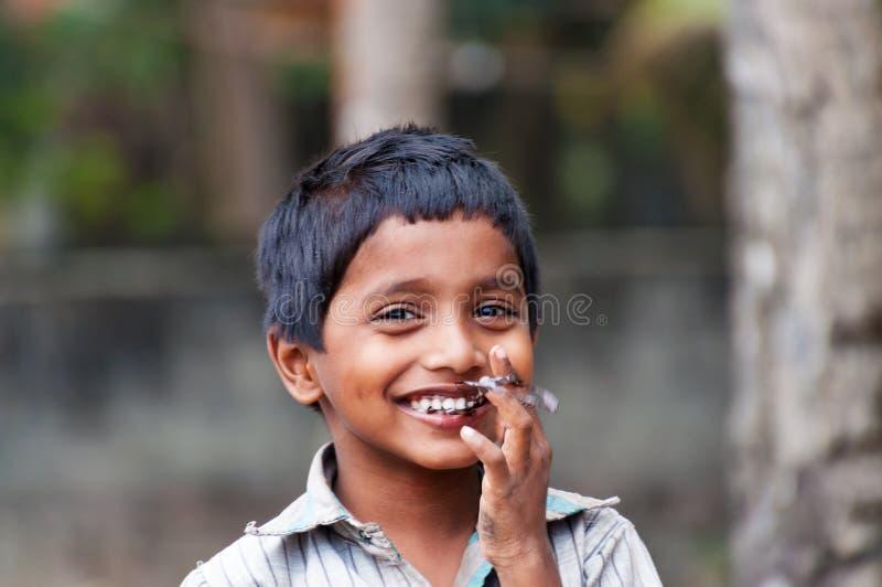 Portret van Indische jongen op de straat in de visserij van dorp stock afbeeldingen