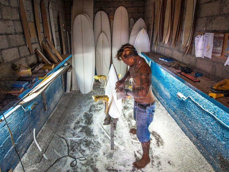 Portret van Indonesische surfplankshaper stock foto