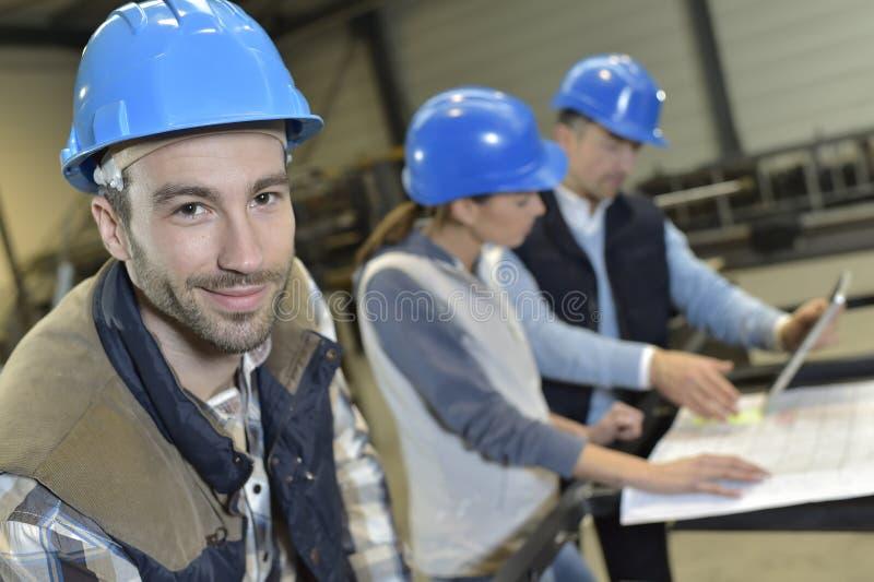 Portret van ingenieurs in fabriek stock fotografie