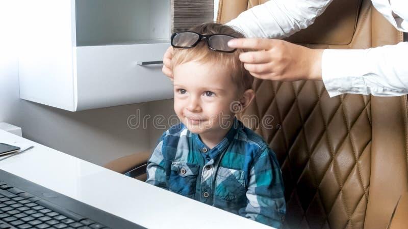 Portret van 2 jaar oude baby chef- dragende oogglazen in bureau stock afbeeldingen