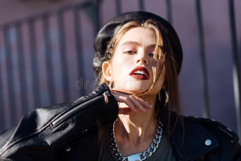 Portret van jong aantrekkelijk fotomodel met aardige make-up en heldere lippen royalty-vrije stock afbeelding
