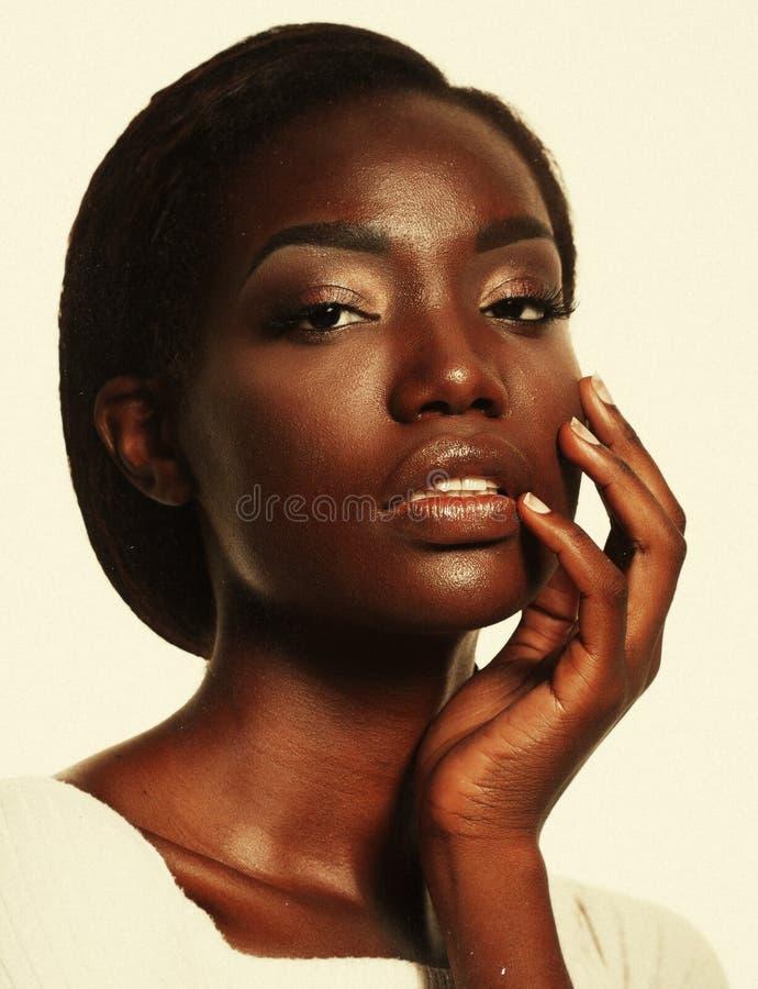Portret van Jong Afrikaans model met een mooie make-up in studio stock afbeelding