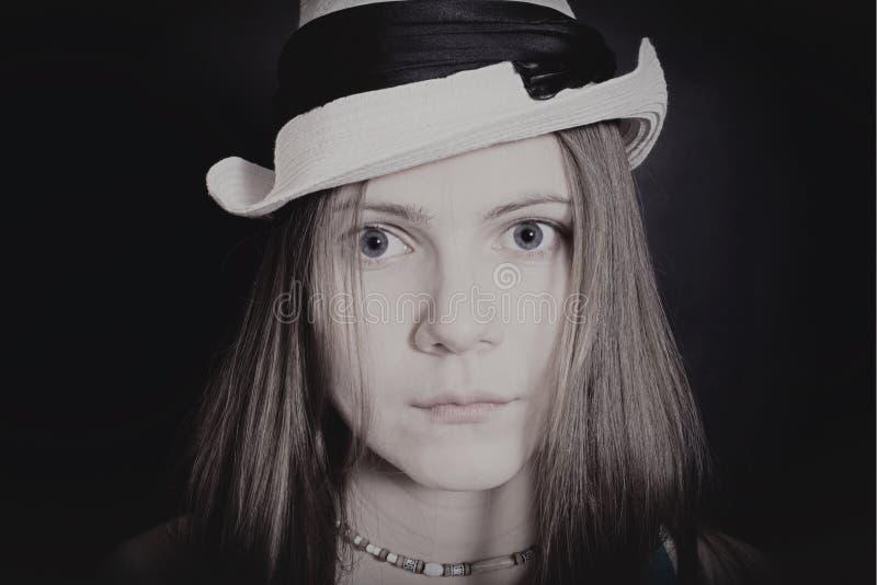 Portret van jong blauw-eyed meisje in witte hoed stock foto