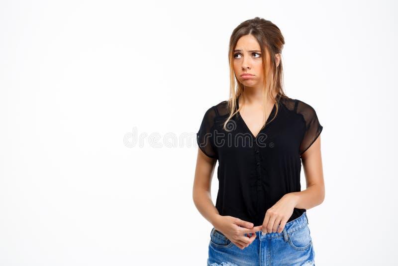 Portret van jong droevig mooi meisje over witte achtergrond De ruimte van het exemplaar stock foto