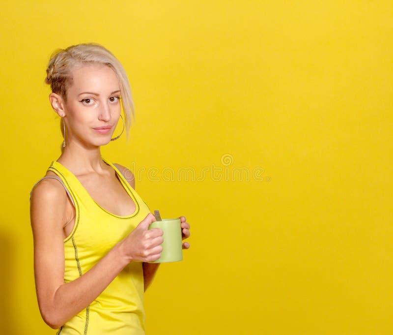 Portret van jong en gezond blonde met kop thee stock foto's