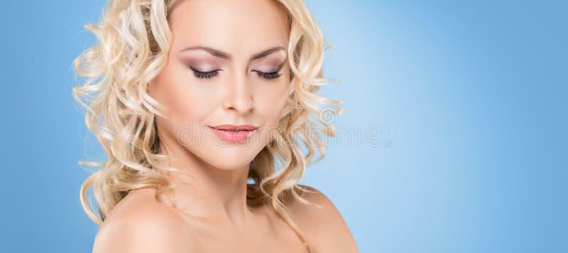 Portret van jong en mooi blond meisje met krullend haar Gezicht het opheffen en schoonheidsconcept stock afbeeldingen