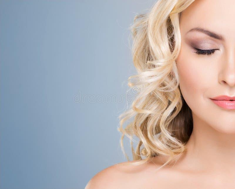 Portret van jong en mooi blond meisje met krullend haar Gezicht het opheffen en schoonheidsconcept royalty-vrije stock afbeelding