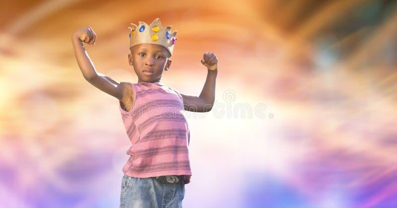 Portret van jong geitje die kroon dragen terwijl het buigen van spieren royalty-vrije stock foto