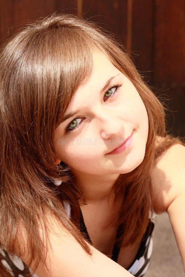 Portret van jong glimlachend meisje stock foto's