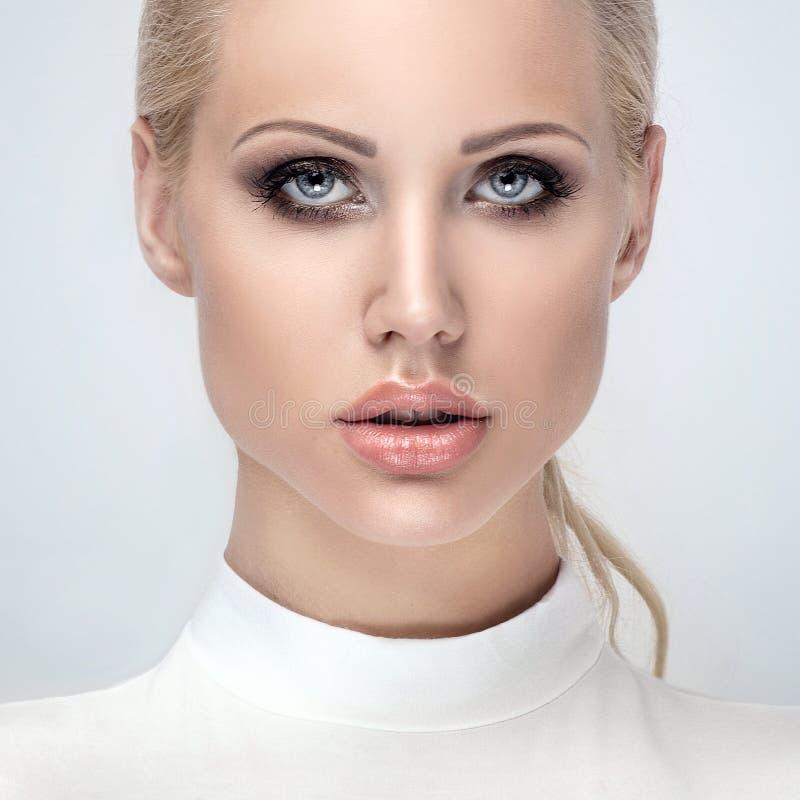 Portret van jong meisje met glamourmake-up royalty-vrije stock afbeelding
