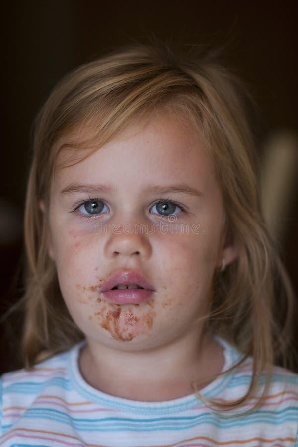 Portret van jong meisje met smeary gezicht royalty-vrije stock foto's