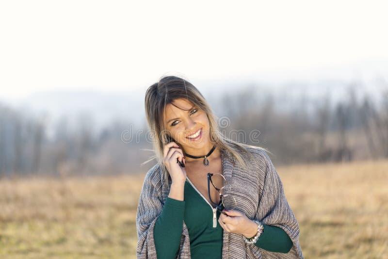 Portret van jong meisje met telefoon en glazen stock afbeelding