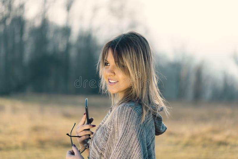Portret van jong meisje met telefoon en glazen stock foto's