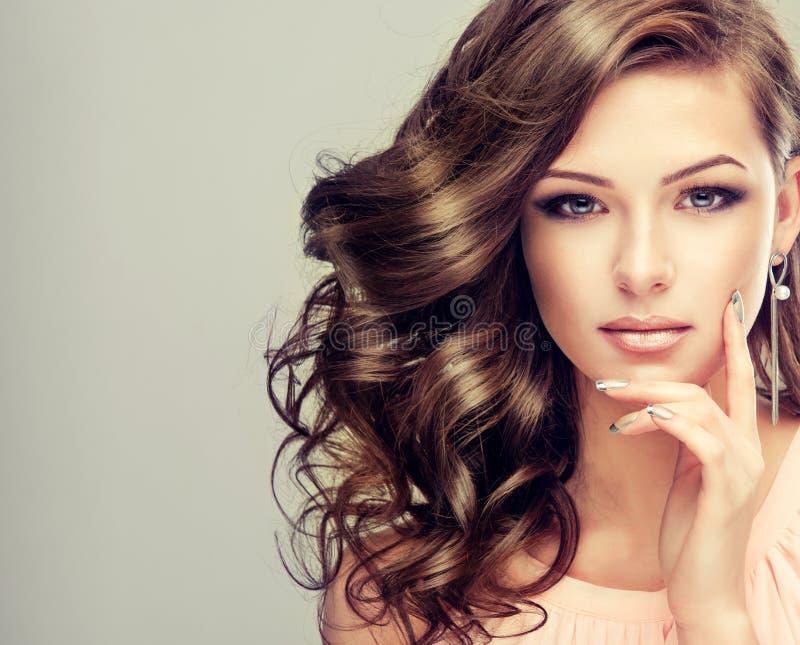 Portret van jong model met golvend, dicht haar royalty-vrije stock fotografie