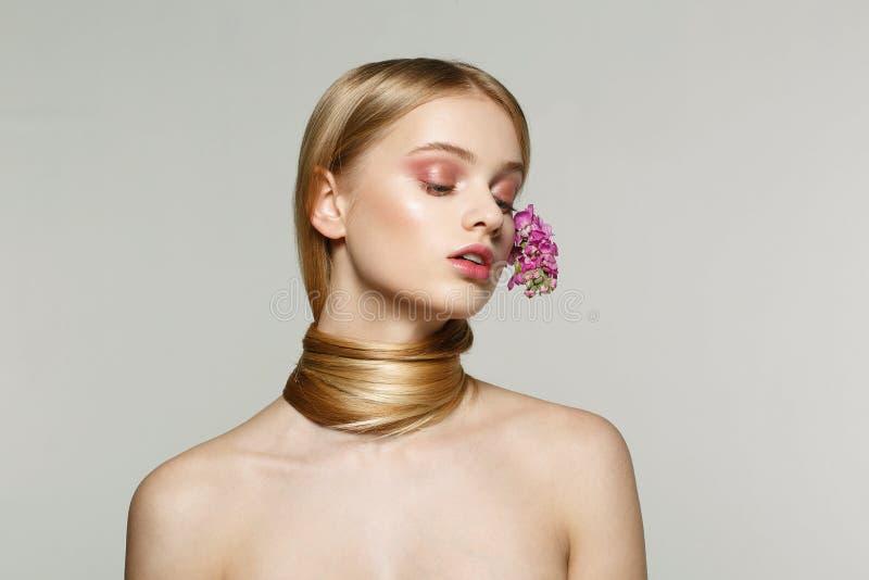 Portret van jong model met natuurlijke make-up, gesloten ogen en naakte schouders royalty-vrije stock foto's