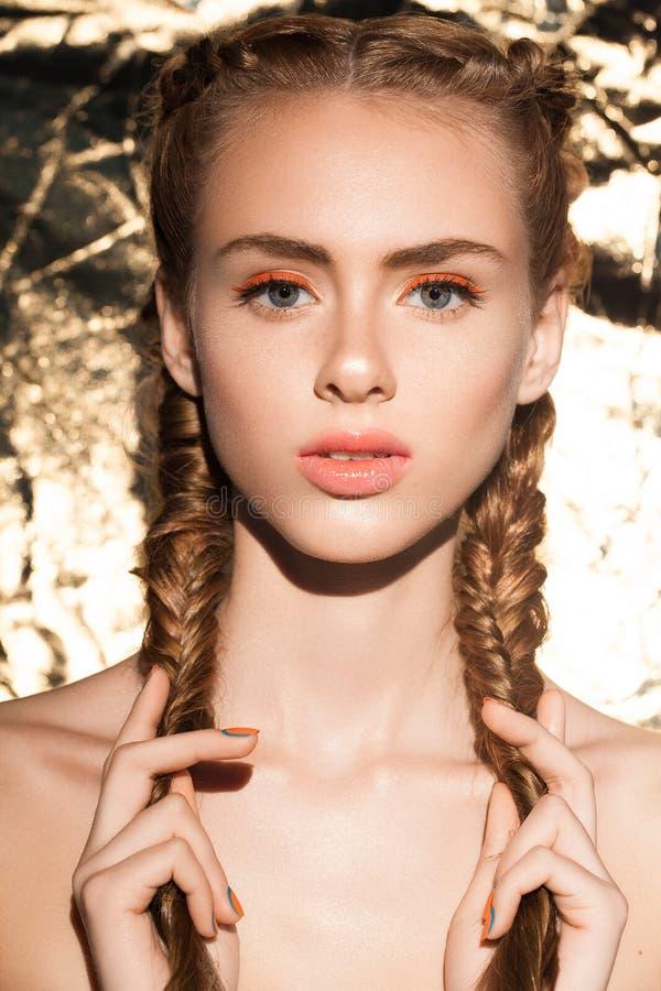 Portret van jong mooi aantrekkelijk meisjesmodel met natuurlijke verse schoonheid royalty-vrije stock afbeelding