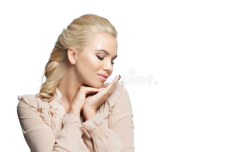 Portret van jong mooi blond meisje dat op witte achtergrond wordt geïsoleerd stock afbeeldingen
