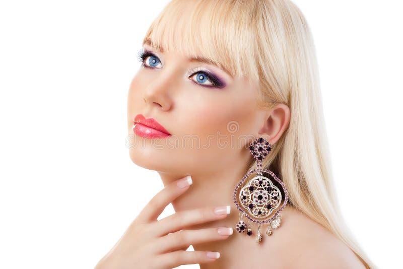 Portret van mooi blondemeisje met purpere make-up royalty-vrije stock foto