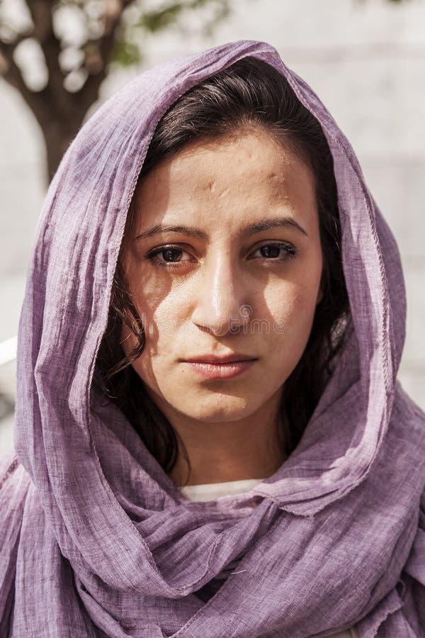 Portret van jong mooi Islamitisch meisje in openlucht royalty-vrije stock afbeelding