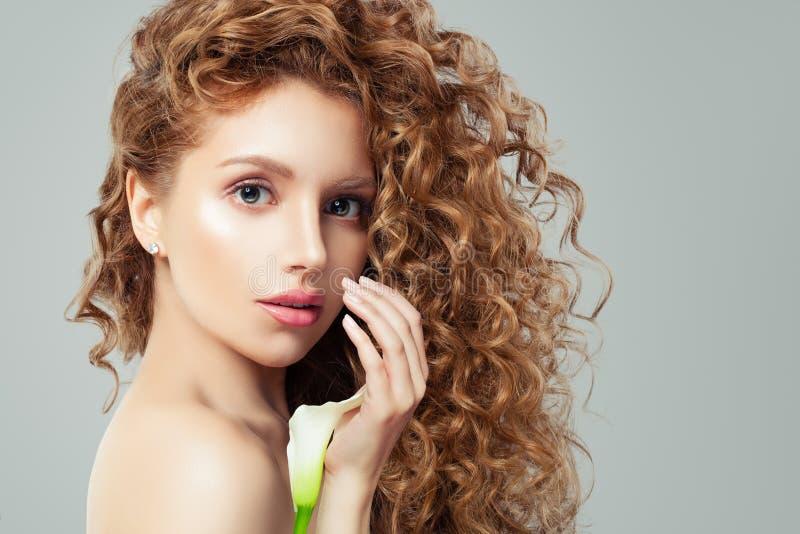Portret van jong mooi leuk vrolijk modelmeisje met witte leliebloem royalty-vrije stock afbeeldingen
