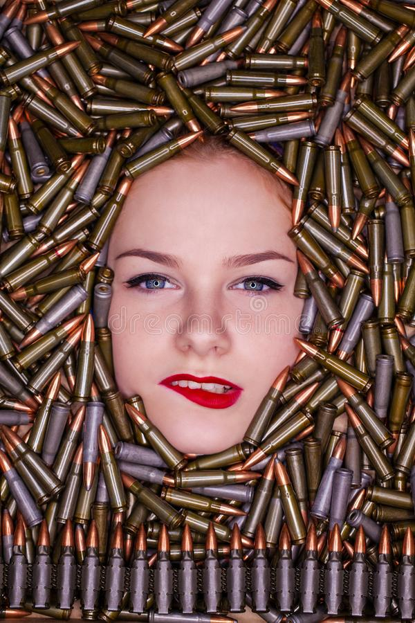 Portret van jong mooi meisje in de jachtpatronen royalty-vrije stock foto
