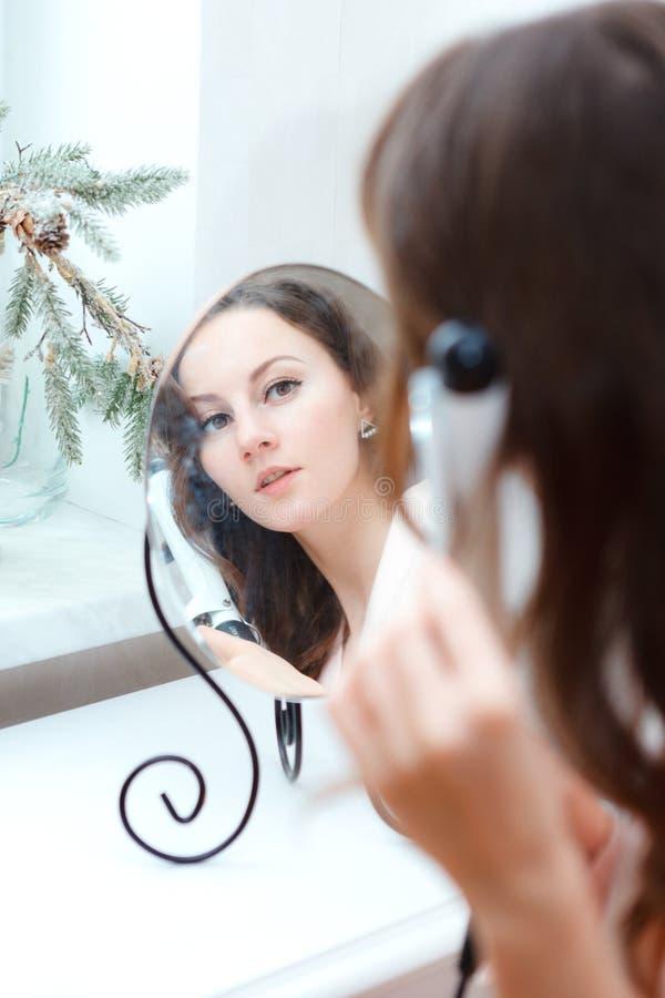 Portret van jong mooi meisje die kapsel thuis doen royalty-vrije stock fotografie
