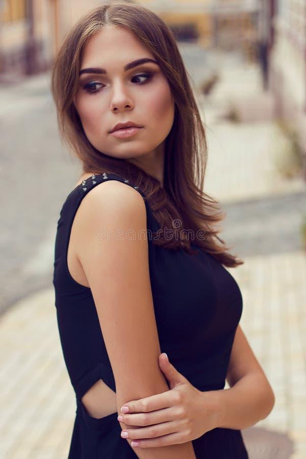 Portret van jong mooi meisje Mooi blondemeisje bij straat Het model schieten stock foto's