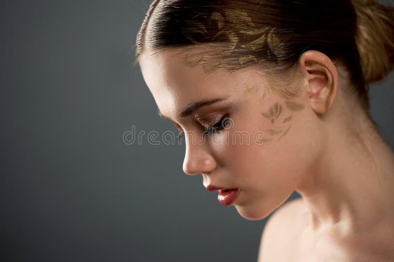 Download Portret Van Jong Mooi Meisje In Studio, Met Professionele Make-up Schoonheid Het Schieten Voor Het Bespoten Goud Van Het Gezichts Stock Foto - Afbeelding bestaande uit tederheid, klein: 114227616