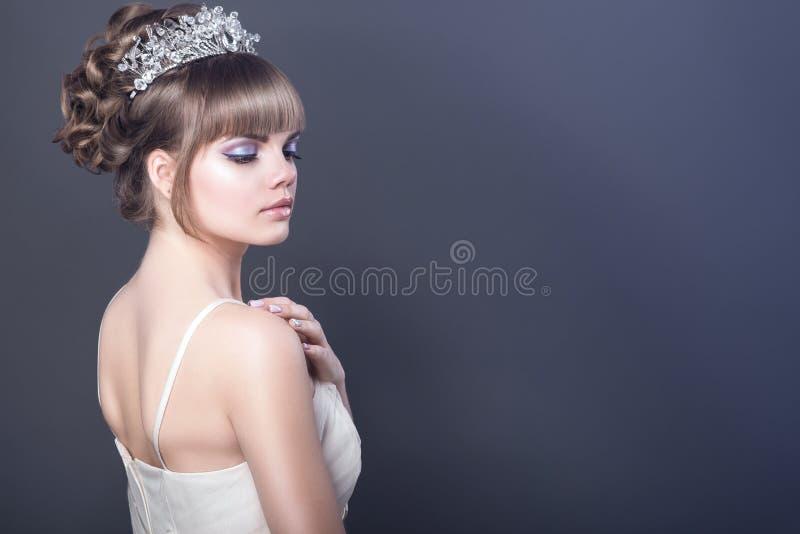 Portret van jong mooi model die zich zijdelings aan camer bevinden stock afbeeldingen