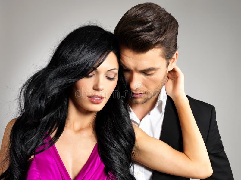 Portret van jong mooi paar in liefde stock foto's