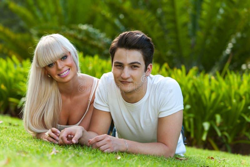Download Portret Van Jong Paar Die Op Groen Gras Leggen. Stock Foto - Afbeelding bestaande uit gras, charming: 29500404