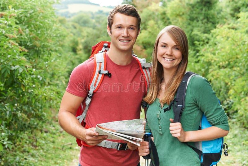 Portret van Jong Paar die in Platteland wandelen royalty-vrije stock fotografie