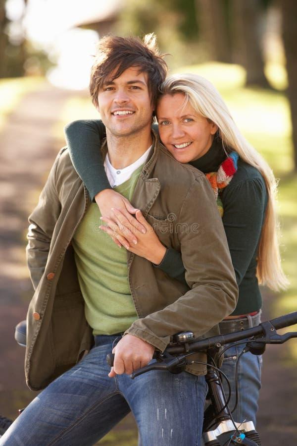 Portret van Jong Paar met Cyclus in het Park van de Herfst stock fotografie