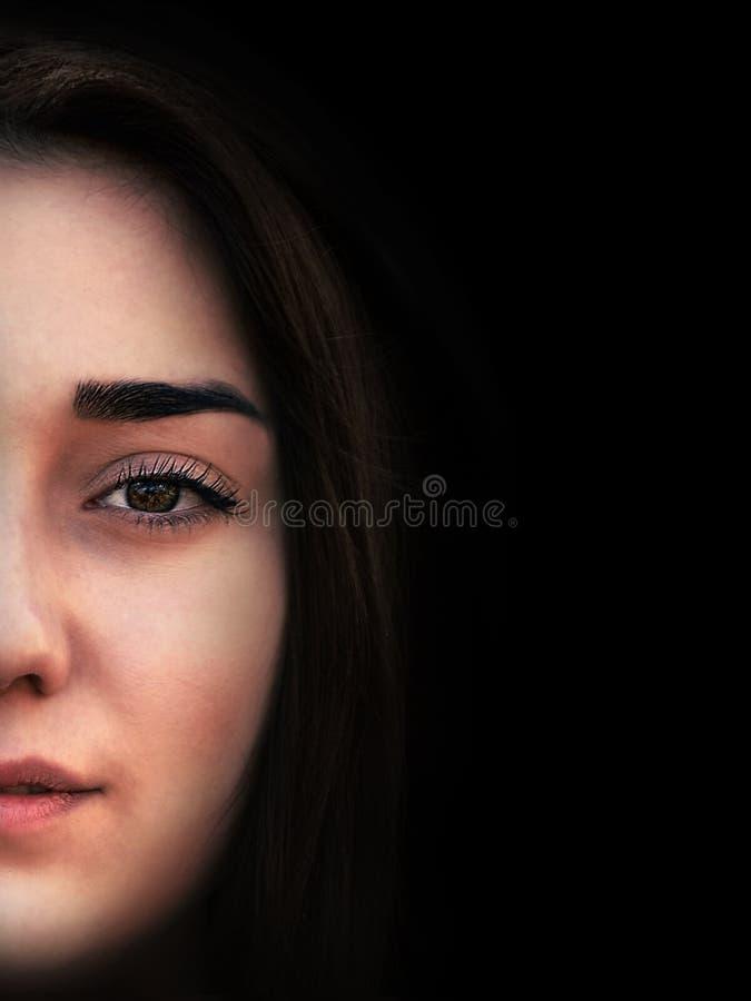Portret van jong sensueel donkerbruin meisje op zwarte achtergrond royalty-vrije stock afbeeldingen