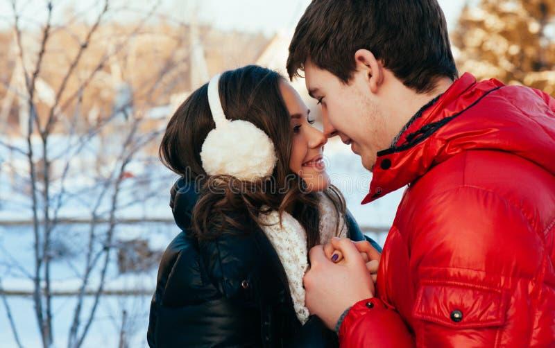 Portret van jong sensueel paar in de koude winter wather. royalty-vrije stock afbeelding