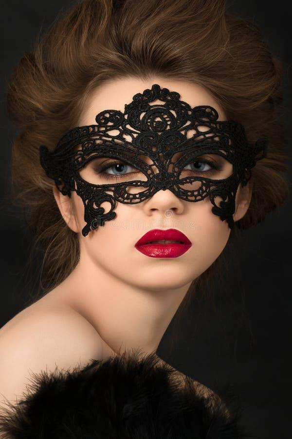 Portret van jonge aanbiddelijke vrouw in zwart partijmasker royalty-vrije stock foto's