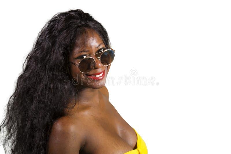 Portret van jonge aantrekkelijke en gelukkige zwarte Afrikaanse Amerikaanse vrouw in elegante gele kleding die het koele vrolijk  stock fotografie