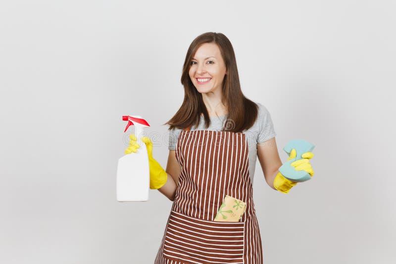 Portret van jonge aantrekkelijke glimlachende donkerbruine Kaukasische huisvrouw op witte achtergrond Mooie huishoudstervrouw stock foto