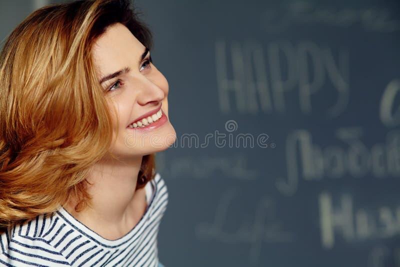 Portret van jonge aantrekkelijke glimlachende vrouw Mooie vrouwelijke gezichtsclose-up stock afbeeldingen