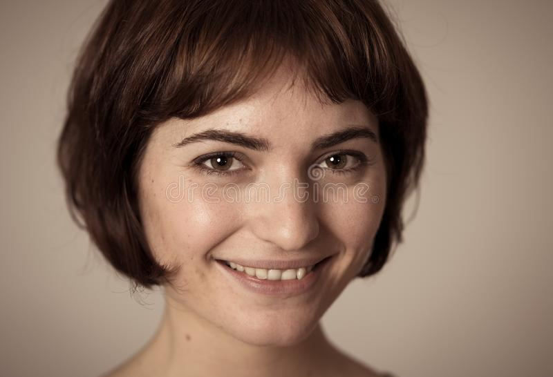 Portret van jonge aantrekkelijke vrolijke vrouw met het glimlachen gelukkig gezicht Menselijke uitdrukkingen en emoties royalty-vrije stock afbeelding