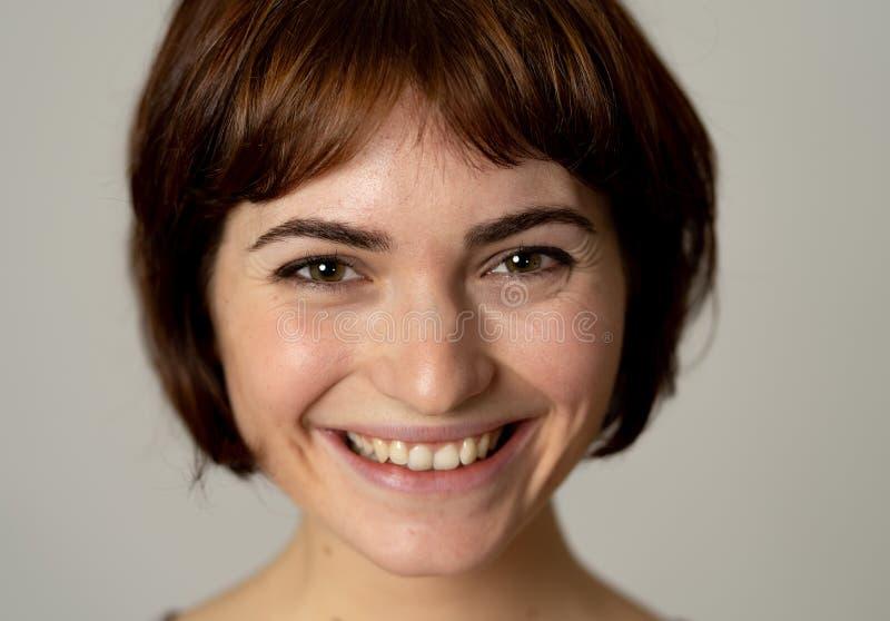 Portret van jonge aantrekkelijke vrolijke vrouw met het glimlachen gelukkig gezicht Menselijke uitdrukkingen en emoties royalty-vrije stock fotografie