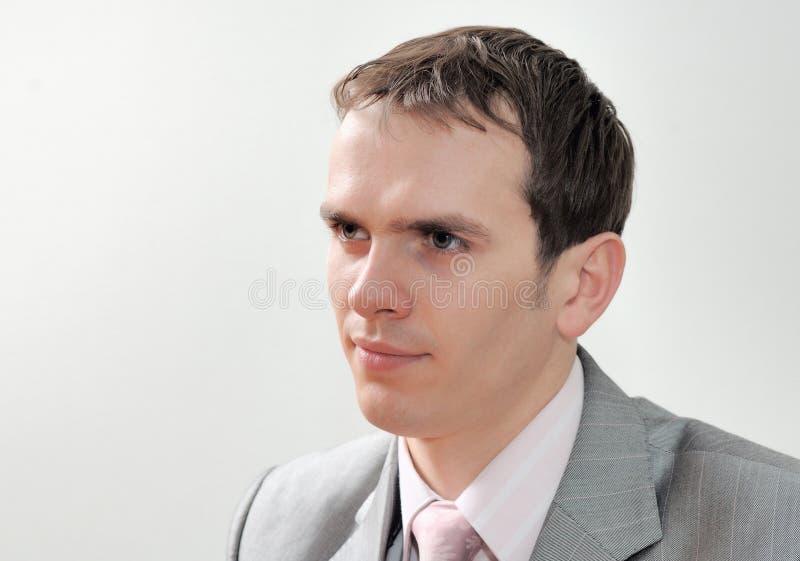 Portret van jonge aardige die zakenman op witte achtergrond wordt geïsoleerd stock afbeelding